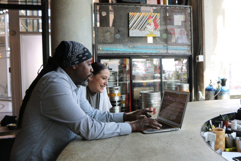 Pessoas Escolhendo entre consórcio e financiamento